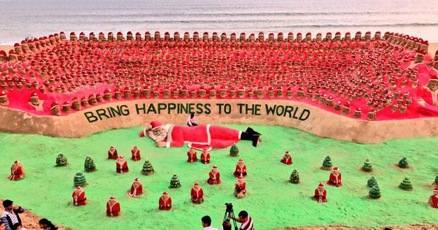 1000 sand Santa Clauses by Sudarsan Pattnaik