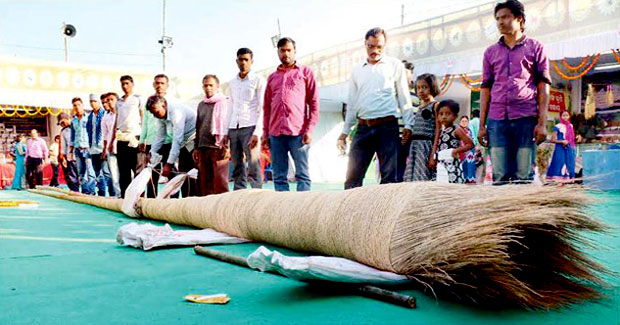 odisha farmer made 43-feet-long broom